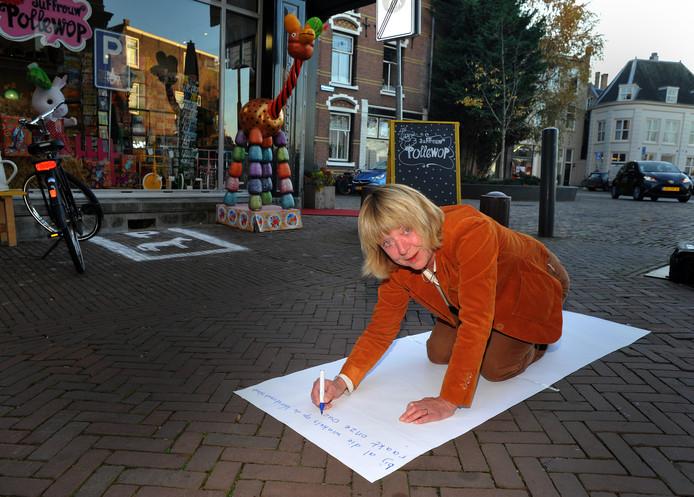 Stadsdichter Marieke van Leeuwen schrijft een straatgedicht.