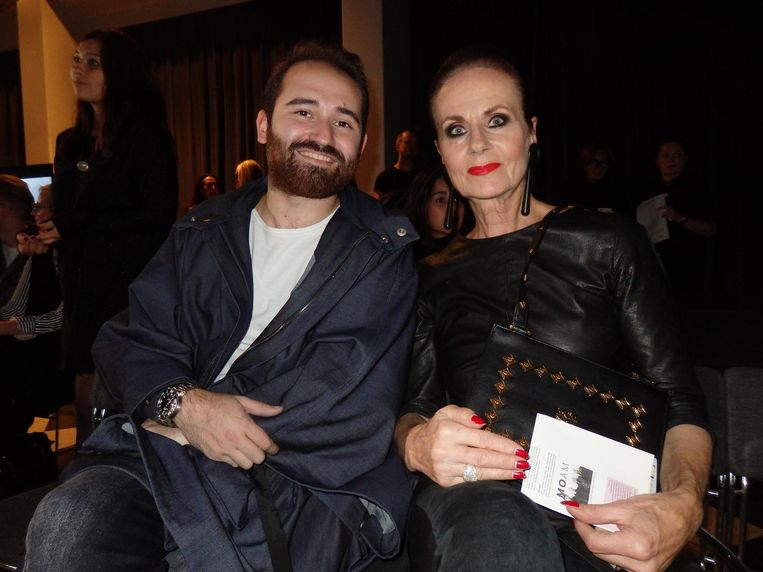 Juan Velazquez Caceres (fashiondirector Winq) en kunstenares Ans Markus: 'Leuk hè, mensen kijken' Beeld Schuim
