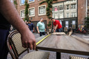 Cafés-uitbaters zoals hier in Amsterdam zetten de terrassen op afstand.  De tafels moeten minimaal op anderhalve meter staan.