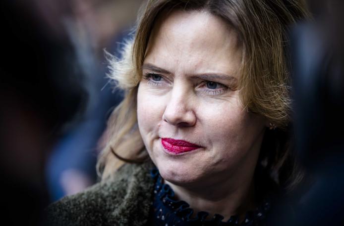 Minister Cora van Nieuwenhuizen van Infrastructuur en Waterstaat (VVD) geeft  een twaalfkoppige delegatie met bewoners uit vijf provincies krijgt toegang tot alle informatie .