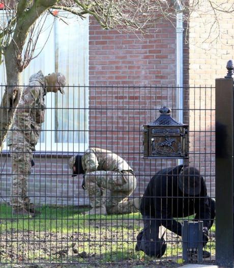 Inval politie bij woning in Velddriel, gemaskerde mensen van Defensie doorzoeken hele terrein