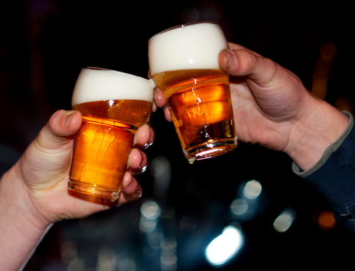 Een biertje in het vliegtuig om de vakantie te vieren, moet kunnen, vinden veel luchtvaartmaatschappijen. Maar het moet wel binnen de perken blijven.