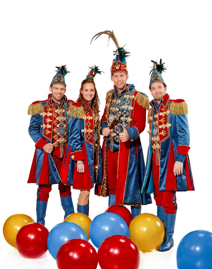 vlnr adjudant Teun Linders, prinses Simone, prins Lars (met de grote pluim) en adjudant Frank Valkenburg.