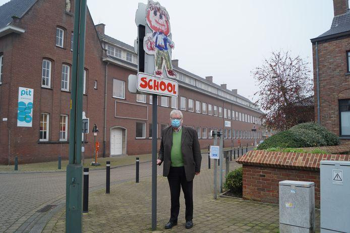 Burgemeester Ivan Delaere in de Koolskampstraat, waar basisschool Pit zich bevindt.