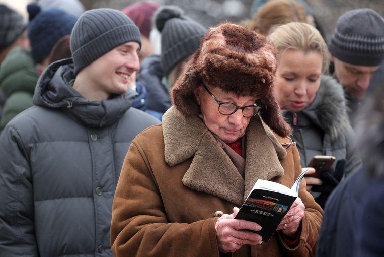 Man leest een boek in Moskou.  Beeld Sergei Bobylev/TASS