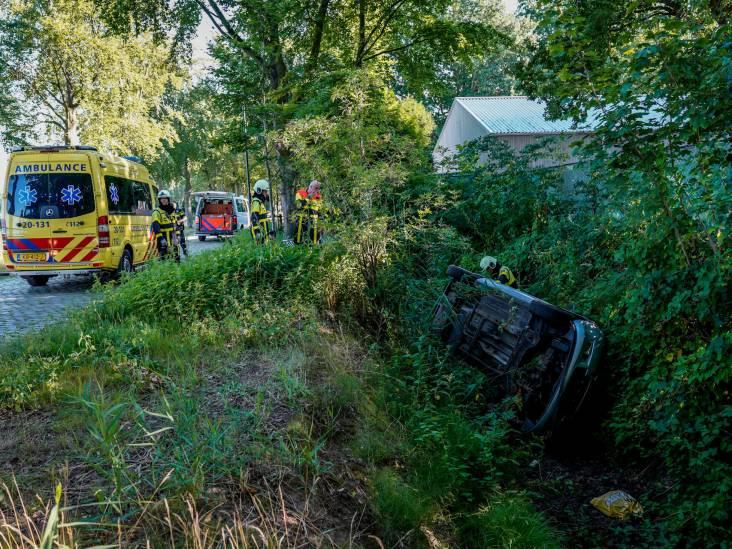 Automobilist rijdt sloot in in Oosterhout