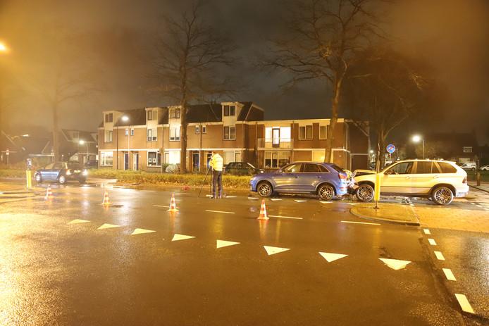 Drie auto's zijn betrokken geraakt bij een ongeluk op de Leidse weg in Voorschoten, vijf mensen zijn gewond geraakt.