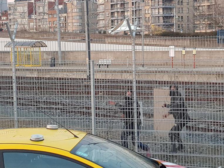 Op 27 maart 2018 bekogelden deze steengooiers een veiligheidsagente in Zeebrugge.