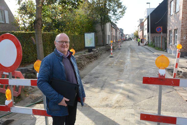Schepen Bruno Byl in de Polderstraat, waar de nutsmaatschappijen de voorbereidende werken aan het uitvoeren zijn.