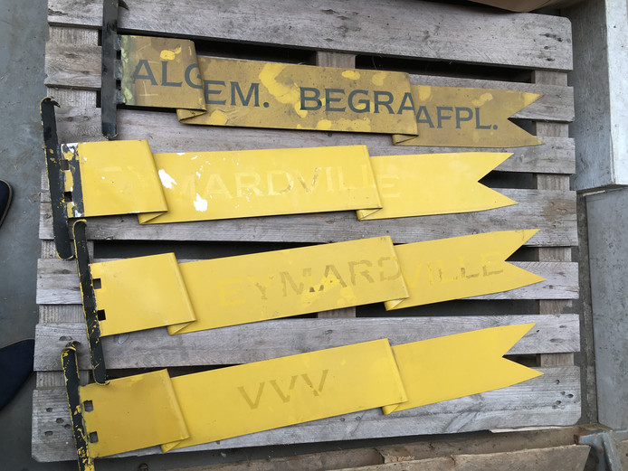 Zo liggen de wimpels er in de gemeenterwerf van Sint Anthonis bij.