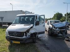 Twee gewonden bij ongeluk met vrachtwagen, busje en auto