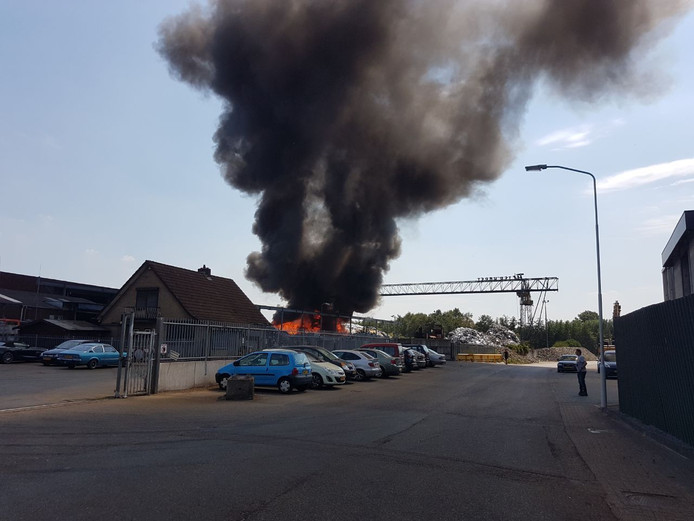 Grote zwarte wolken door de brand.
