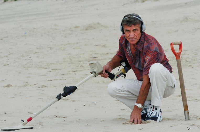 In 2005, tijdens zijn favoriete hobby: strandjutten. Zijn vondsten - zoals sleutels (rechts) - verzamelde hij in zijn 'museumpje'.