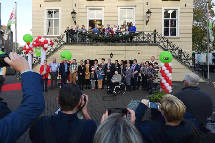 Zevenenvijftig Roosendalers zijn gelijktijdig jarig met 750 jaar roosendaal. Op de foto met z'n allen met de burgemeester  in het midden. Foto pix4profs/petervantrijen