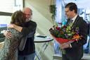 Een innige omhelzing voor Jan Krooshof van zijn vrouw Ria, nadat burgemeester Joost van Oostrum hem een koninklijke onderscheiding heeft opgespeld, op de Splibroekshow in Neede.