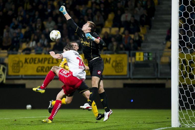 Hét moment van de wedstrijd. Filip Kurto gaat volledig in de fout. FC Utrecht-verdediger Bulthuis profiteert. Beeld PROSHOTS