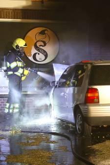 Shoarmazaak in Geffen ontkomt aan grote brand, auto vliegt wel in de fik
