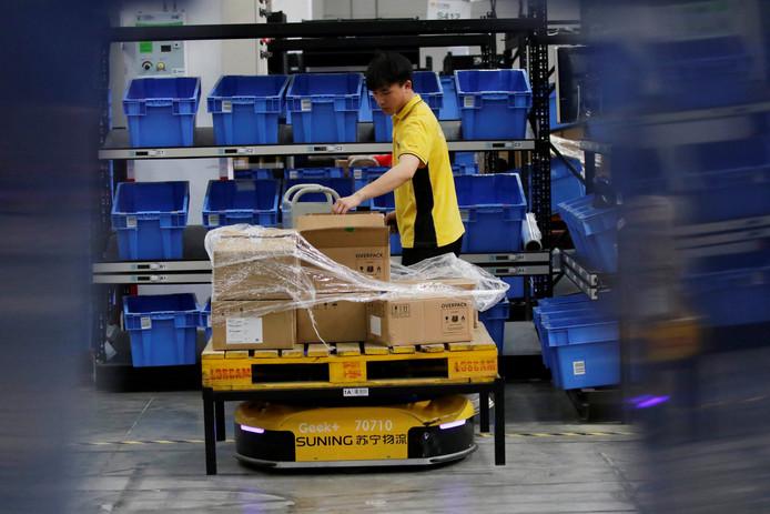 Foto ter illustratie. Een robot vervoert zelfstandig pakketten in een sorteercentrum in China. De robotisering zal in de toekomst alleen maar toenemen. Wat voor effect heeft dat op de arbeidsmarkt en de functies die er nu zijn?