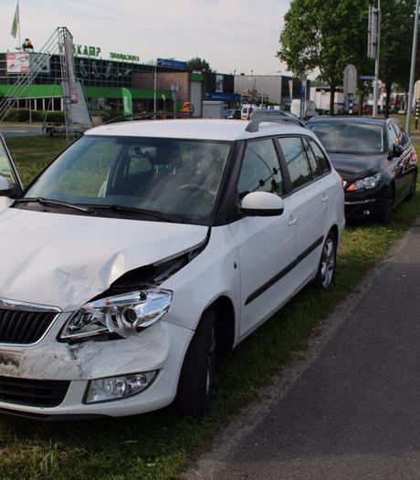 5 auto's betrokken bij Henriëtte Roland Holstlaan in Almelo