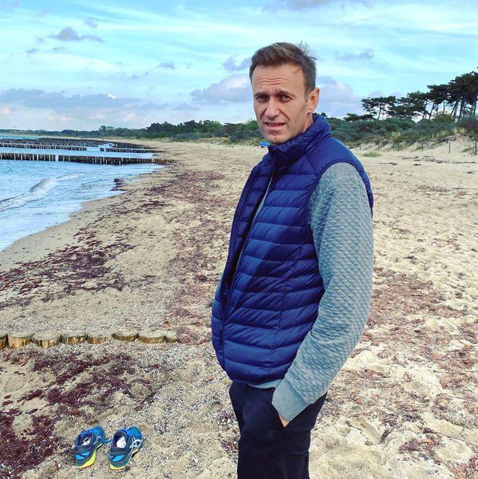 Aleksej Navalny op een onbekende locatie in Duitsland waar hij zondag werd gefotografeerd. Het lijkt op de Oostzeekust.