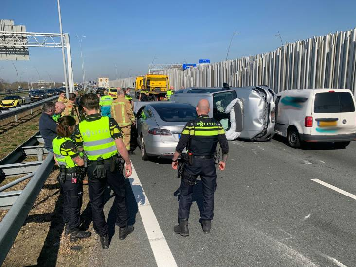 Weer raak op A2 bij Eindhoven: voertuig op kant na ongeluk