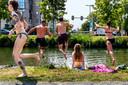 Zwemmers in de Catharijnesingel bij ROOST.