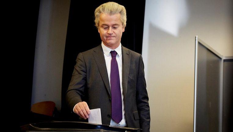 PVV-leider Geert Wilders brengt zijn stem uit tijdens het referendum over het associatieverdrag van de EU met Oekraine. Beeld anp