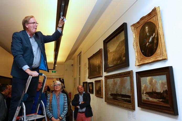 Gijs Brandt, vrijwilliger bij het Gorcums Museum, zet het door Van Zanten onthulde werk van Maes beter in het licht.