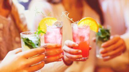 Een glas water, koude cola of een warme tas thee? Welk drankje lest de dorst het best?