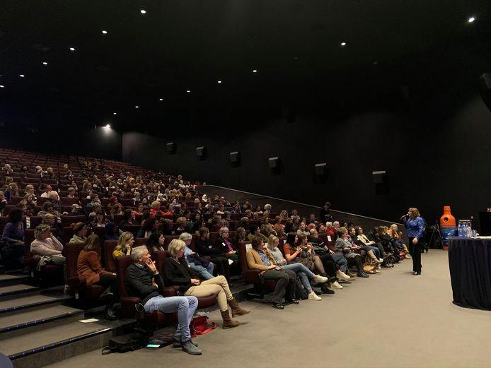 Ruim 300 vrouwen luisteren naar inspirerende verhalen van andere vrouwen.