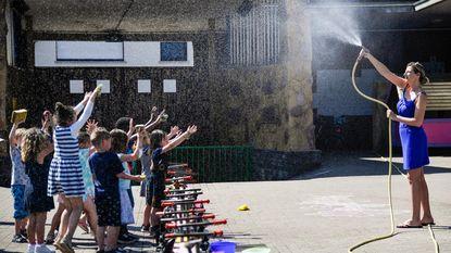 Juf trakteert leerlingen op verfrissende douche