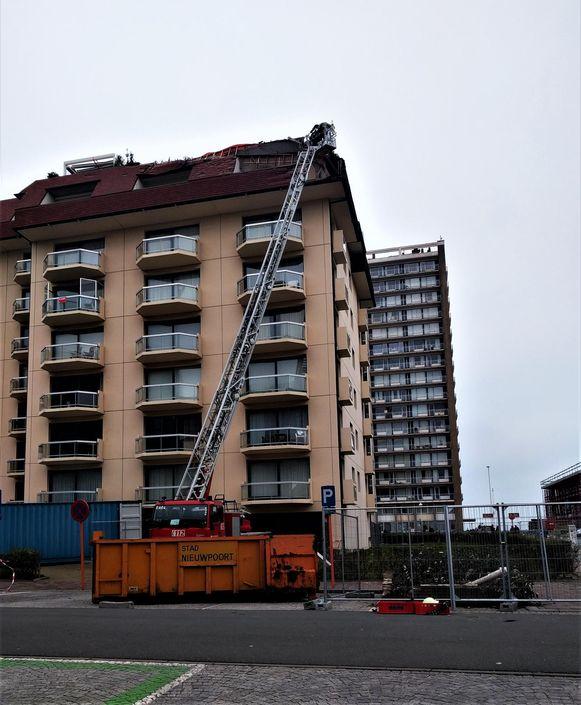 De brandweer verwijdert dakpannen van Residentie Morgenzon met het oog op de aangekondige storm.