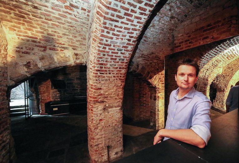 Schepen Arne Vandendriessche in de raadskelder onder het historisch stadhuis op de Grote Markt.