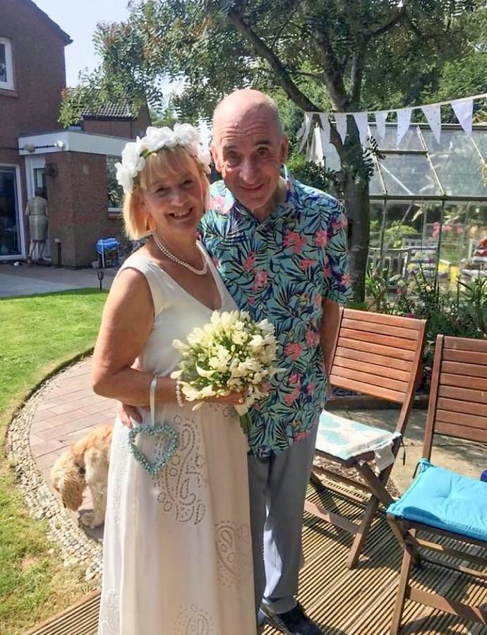 Bill en Anne Duncan tijdens de ceremonie in hun achtertuin.