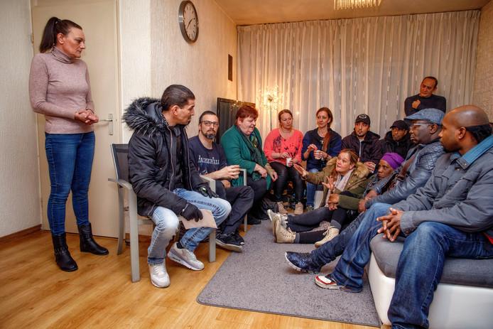 De slachtoffers van het chroom-6-drama komen in het huis van hun woordvoerder Natascha van de Put (links) bij elkaar om de het voorstel van de gemeente te bespreken.
