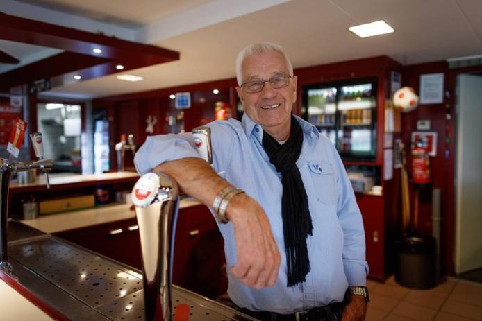De 81-jarige Bas Bollaart is de drijvende kracht in de kantine van voetbalvereniging Zwaluwe. foto Marcel Otterspeer/Pix4Profs