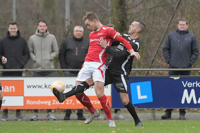 Joost Rasing (links) scoorde de 1-0 voor AZSV.