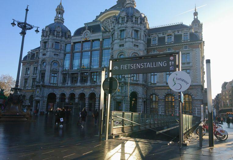 De ingang van de ondergrondse fietsenstalling aan het Centraal Station in Antwerpen.