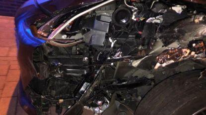 Bestuurder valt in slaap en ramt geparkeerd voertuig