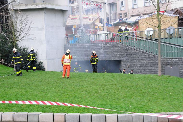 Uit de elektriciteitscabine onder de Stadshal komt rook.