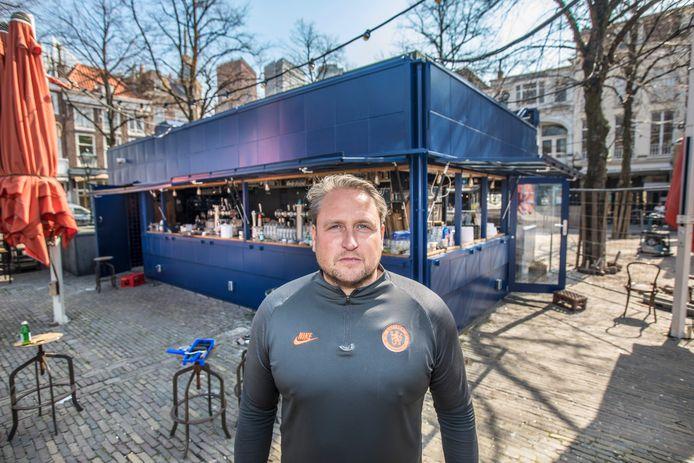 John Prins van Café Luden bij de kiosk op het Plein, toen hij daar in het voorjaar het terras coronaproof maakte.