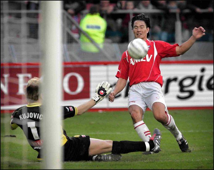 14-11-2004: Michael Mols scoort tegen Roda JC. Doelman Vladan Kujovic is kansloos.