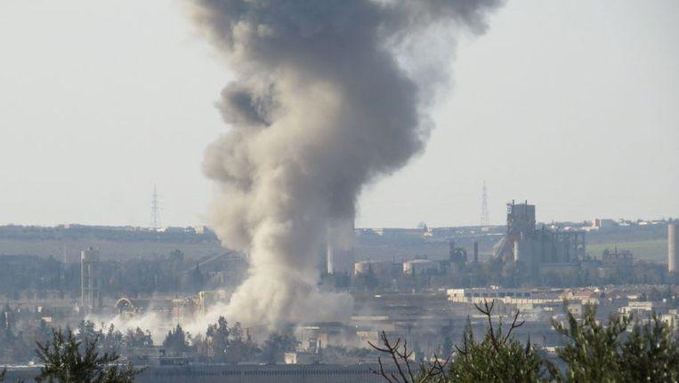 Rook stijgt op van de gevangenis in Aleppo. Beeld afp