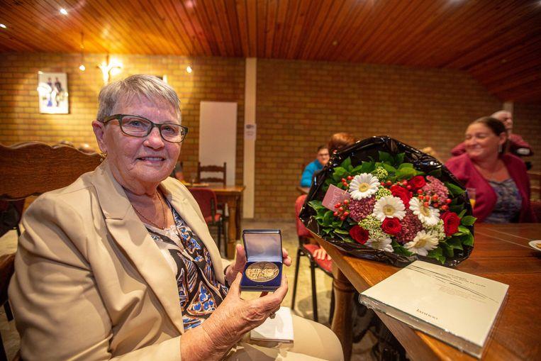 Adrienne Evenepoel ontving een legpenning, een boeket bloemen en een dichtbundel.