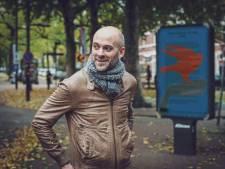 Jaap Robben verhaalt op 25 reclameborden over leven van een vlieg: 'Een heel maffe vorm natuurlijk!'