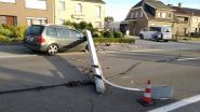 Elektriciteitspaal dwars over straat nadat vrouw controle over stuur verliest