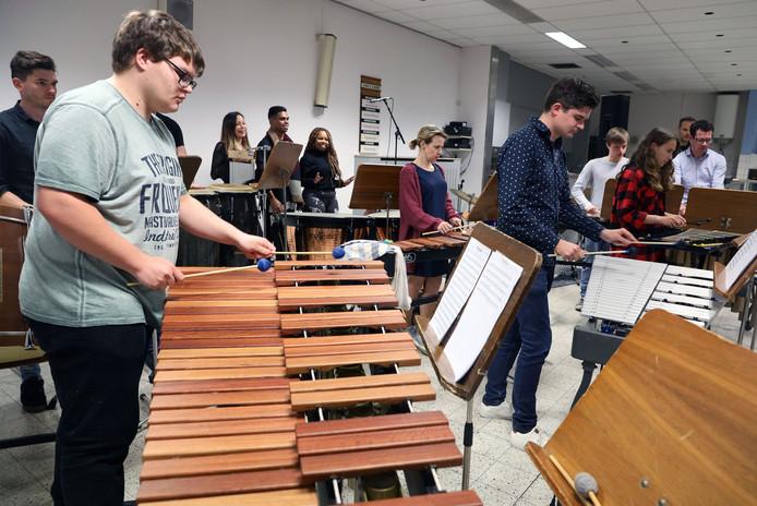 Repetitie van de percussiegroep Weldoen door Vermaak uit Clinge