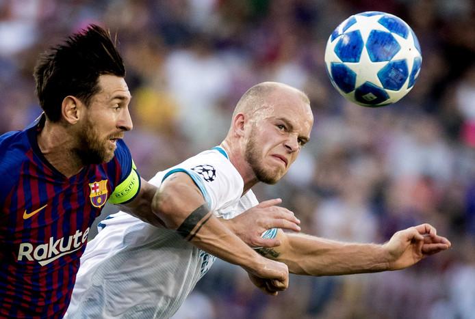 Jorrit Hendrix in duel met Lionel Messi.
