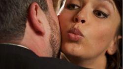 """Bedrijf verbiedt personeel te kussen om corona buiten te houden: """"Overdreven? Gezond boerenverstand"""""""
