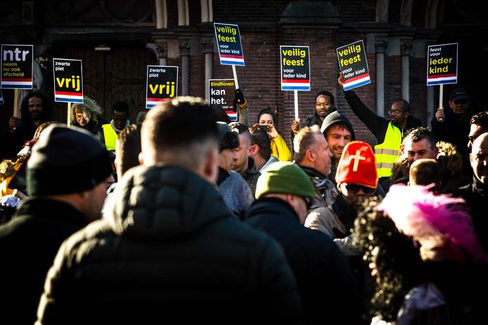De demonstratie tegen Zwarte Piet werd in Eindhoven op 17 november verstoord door PSV-hooligans.